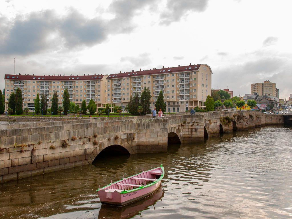 Cambre-Puente-románico-barca-Ruta-Faros-Galicia